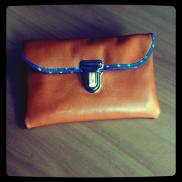 la petite pochette vintage en cuir orange (decocuir) et batiste étoilée (france Duval-Stalla); attache cartable (ma petite mercerie)