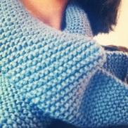 le premier ouvrage d'une peut-être longue série? écharpe en laine indigo Bouton d'Or, aiguilles 4, patience 1000 000