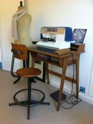 Bureau vintage années 50 et chaise d'atelier Le bon coin. Photo d'artiste d'auteur (Jbeo2817 via Instagram), mannequin d'époque ancienne offert par Claire (merci merci!)