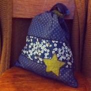 tissus étoilés France Duval Stalla encre et olive; tissu liberty mitsy bleu, passepoil bleu marine. thermocollage vlieseline vlisofix pour l'étoile