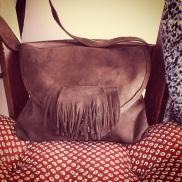 le détail qui tue tout: les franges qui cachent l'attache du sac... ah ouais...