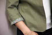 le détail de la doublure sur la manche retroussée