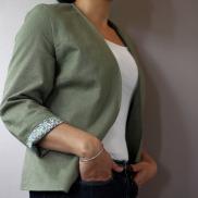 une petite veste, sans col tailleur, légère et confortable
