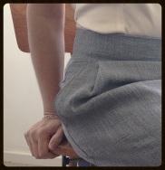 le détail de la poche en position assise: impeccable