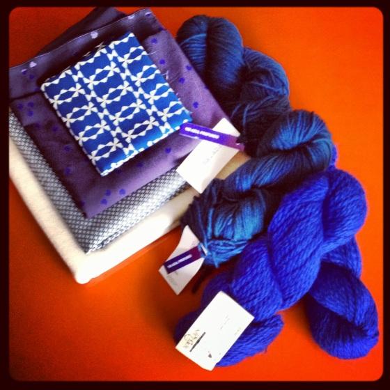 jersey crème ajouré bio chez Les trouvailles d'Amandine coupon de coton à motifs chez FDS coupon Cosmic blue Atelier brunette Coupon bleu Kokka