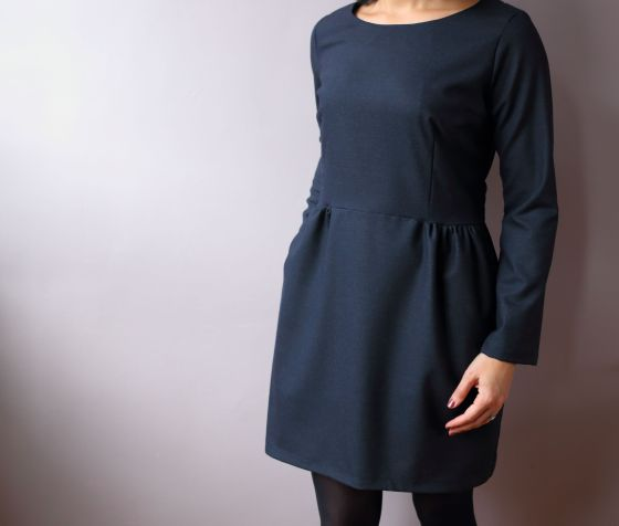 Sigma de Pappercut patterns en laine bleue marine, version robe à fronces et manches longues